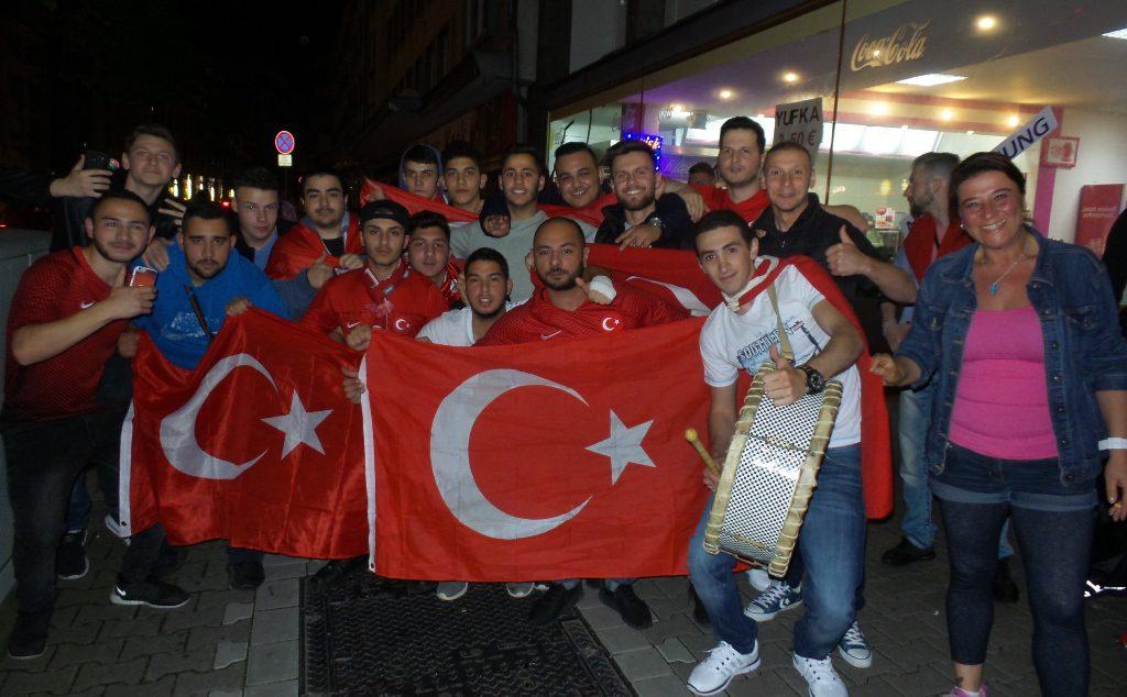 Milli Takımın Galibiyeti Avrupalıları sokaklara döktü:Pforzheim, Mühlacker, Bretten, Bruchsal, Karlsruhe, Rastatt, Gaggenau bölgelerinde Türkçe haber yapan tek haber sitesi