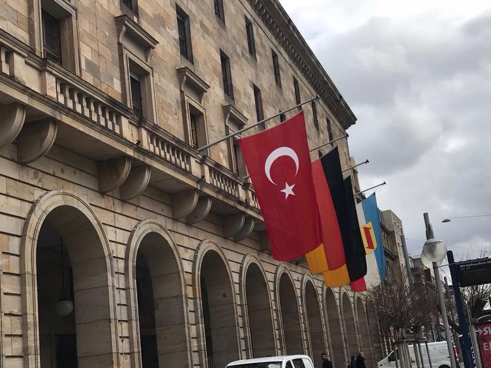 Belediye Binasına Türk bayrağı asıldı:Pforzheim, Mühlacker, Bretten, Bruchsal, Karlsruhe, Rastatt, Gaggenau bölgelerinde Türkçe haber yapan tek haber sitesi
